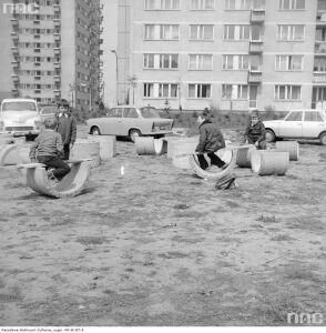 Dzieciństwo wśród bloków. Zobacz zdjęcia z lat 70.