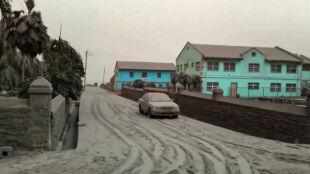 Część wyspy pokryła się pyłem. Wulkan La Soufriere wciąż jest niebezpieczny