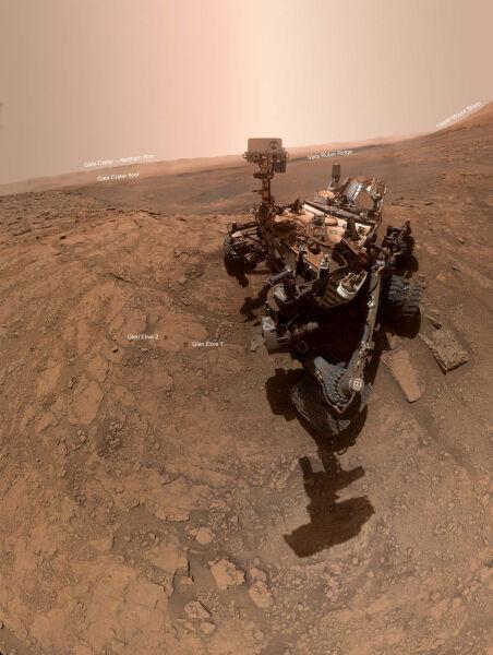 Łazik Curiosty podczas wykonywania eksperymentu na Marsie